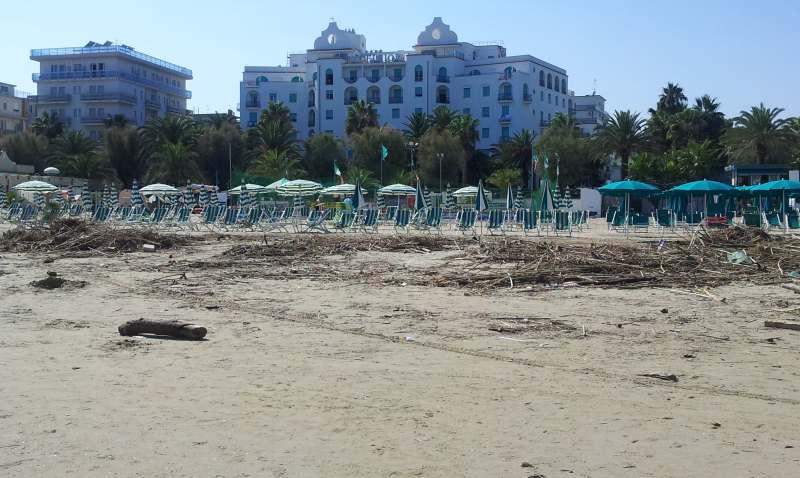 Detriti in spiaggia dopo l'alluvione del 14 settembre (3)