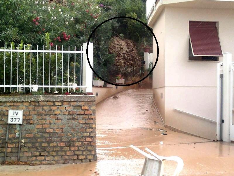 Forti piogge Cupra Marittima settembre 2012  (in evidenza la colata di fango in uscita sulla parete)
