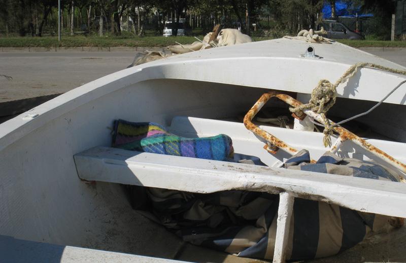 I resti dell'accampamento estivo degli extracomunitari nell'area del rimessaggio barche