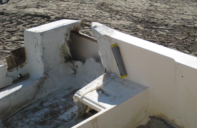 Una delle barche danneggiate dal mare in burrasca