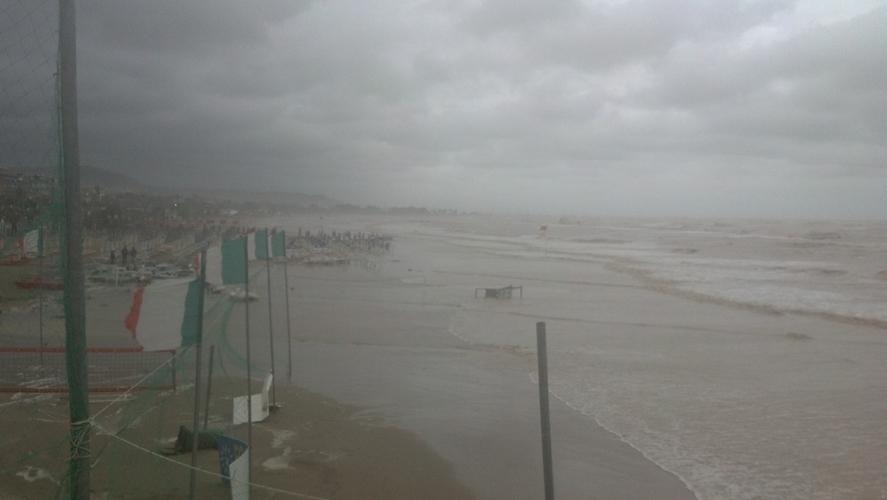 La spiaggia di San Benedetto durante la mareggiata del 14 settembre 2012