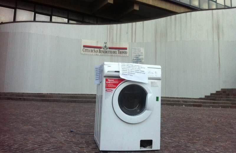 Protesta della lavatrice al Comune di San Benedetto
