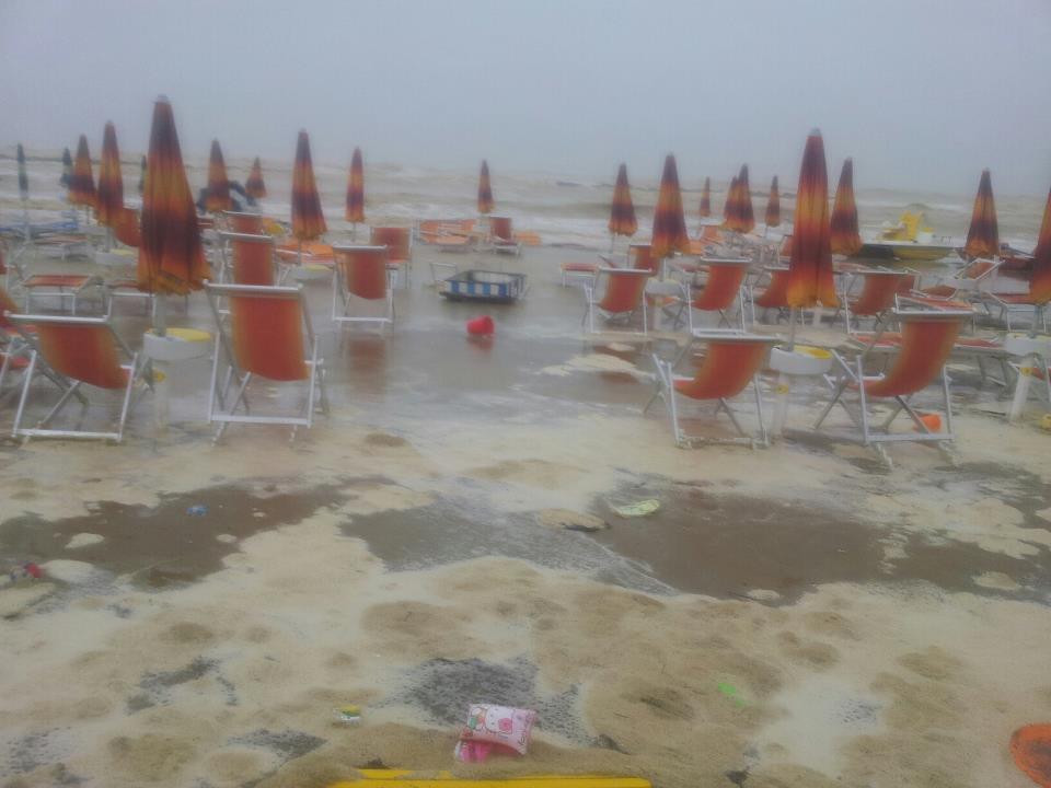 San Benedetto, mareggiata tra gli ombrelloni (corrado carpani)