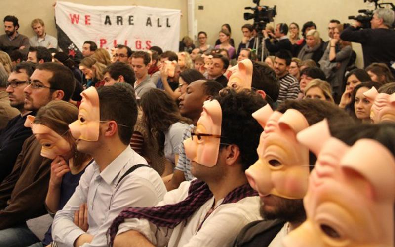 Siamo tutti Piigs, ricercatori dell'Università europea di Firenze protestano di fronte al ministro tedesco Schauble chiedendo la fine delle politiche di austerità europee. Era il 2012, la situazione è sempre più peggiorata