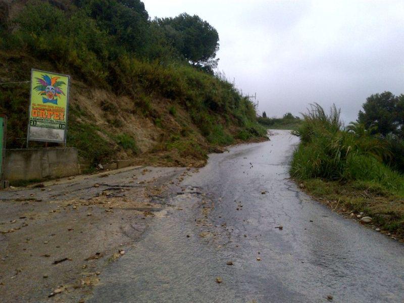 Strada retro Eurospin Grottammare detriti sull'asfaltofoto di Annalisa Cameli