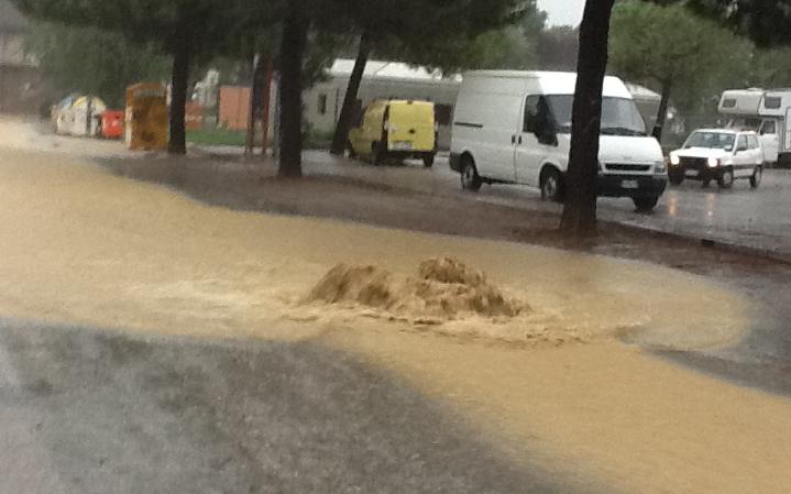 Tombini che rigettano acqua, Salita al Monte, Porto d'Ascoli, 14 settembre (foto Antonella Spada)