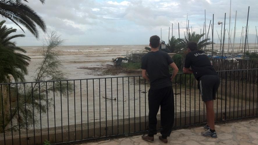 Turisti che osservano la foce del torrente Ragnola  14 settembre 2012
