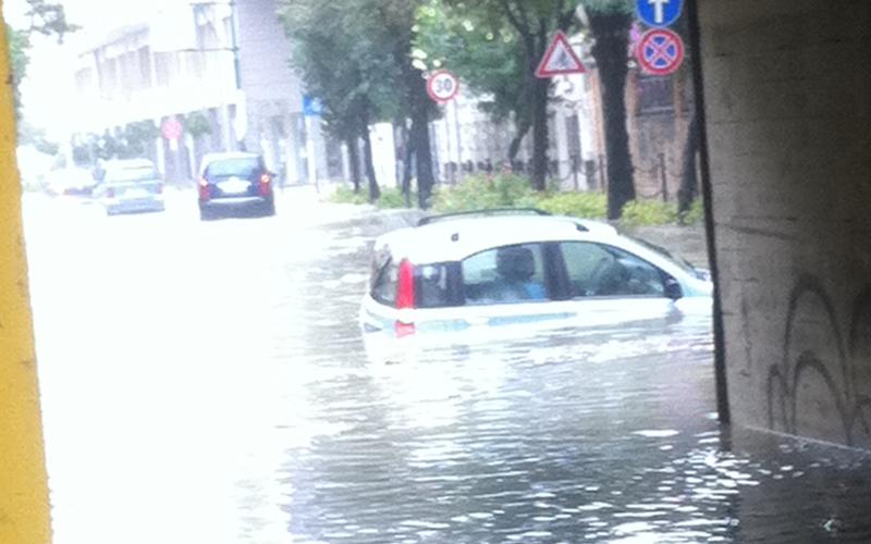 Una automobile sommersa nel pontino accanto all'ex Cinema Le Palme, 14 settembre 2012