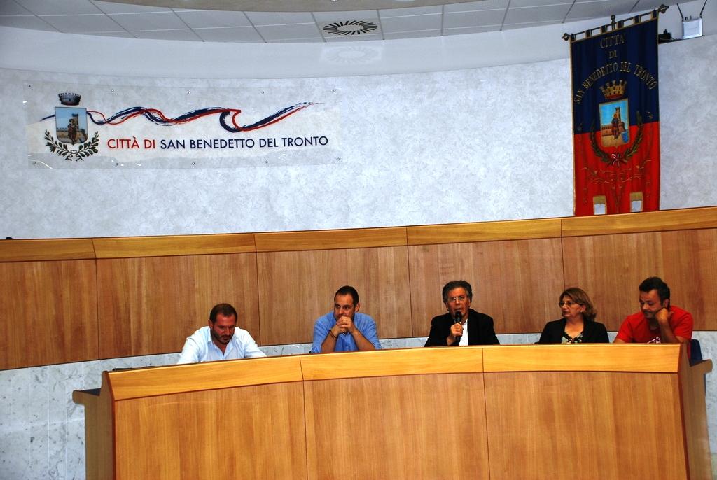 I partecipanti alla conferenza dell'associazione commercianti