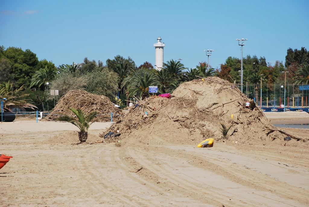 Lavori in corso per la pulizia sulla spiaggia, settembre 2012