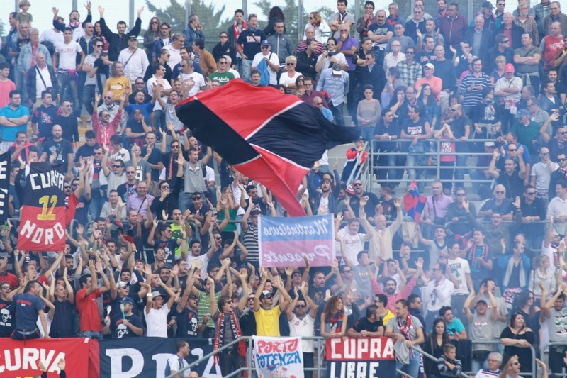 Tifosi rossoblù (foto Matteo Bianchini)
