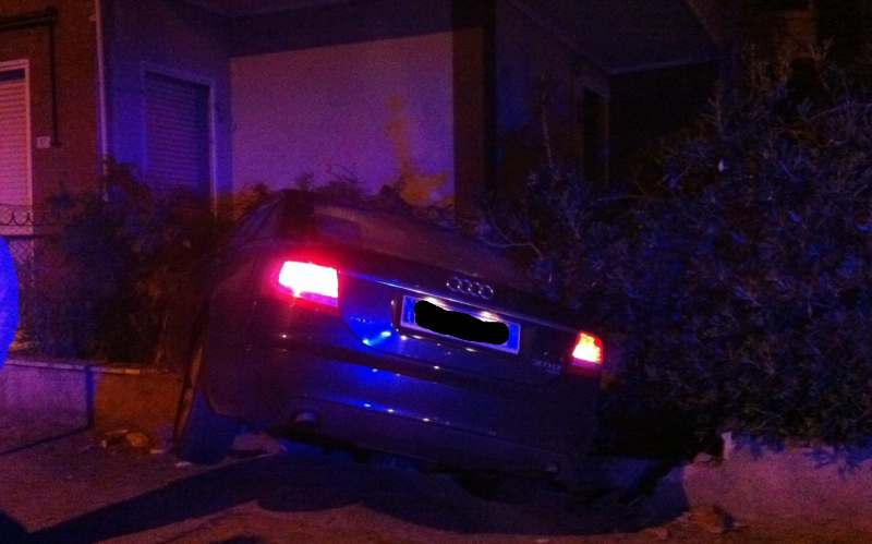 Audi schiantata contro un muretto 3