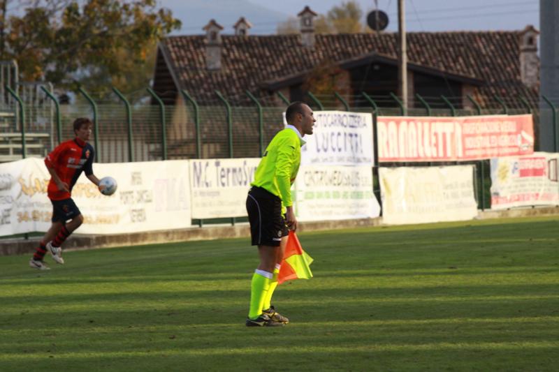 Celano-Samb (1-2) l'assistente abbandona la linea laterale e richiama l'attenzione dell'arbitro foto Bianchini (109)