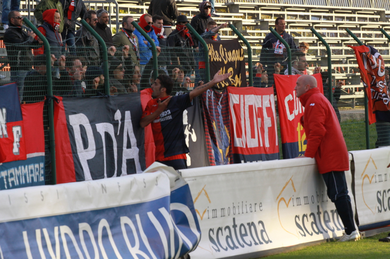 Celano-Samb, giocatori e tecnici tentano di calmare i tifosi rossoblu (foto Bianchini)