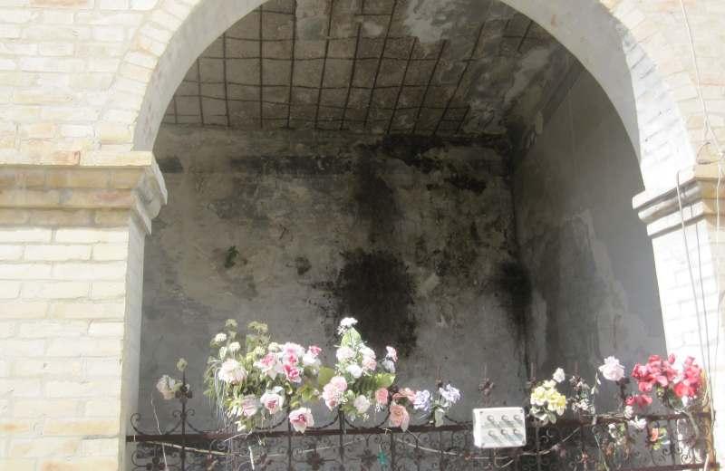 Cimitero di Grottammare. Tomba pericolante 2