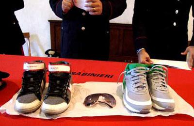 Furto di scarpe (foto Google)