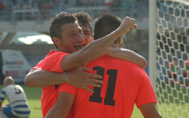 L'abbraccio tra Shiba e Santoni dopo il 2-1 (GIAMMUSSO)