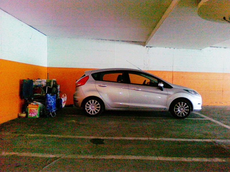 L'auto della famiglia presso il parcheggio Orologio