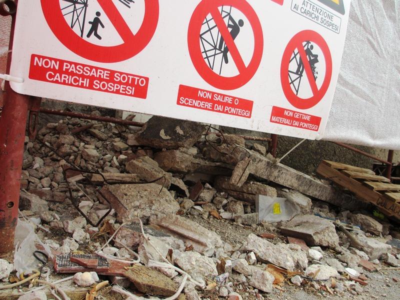Le evidenti pericolosità dell'edificio  (1)