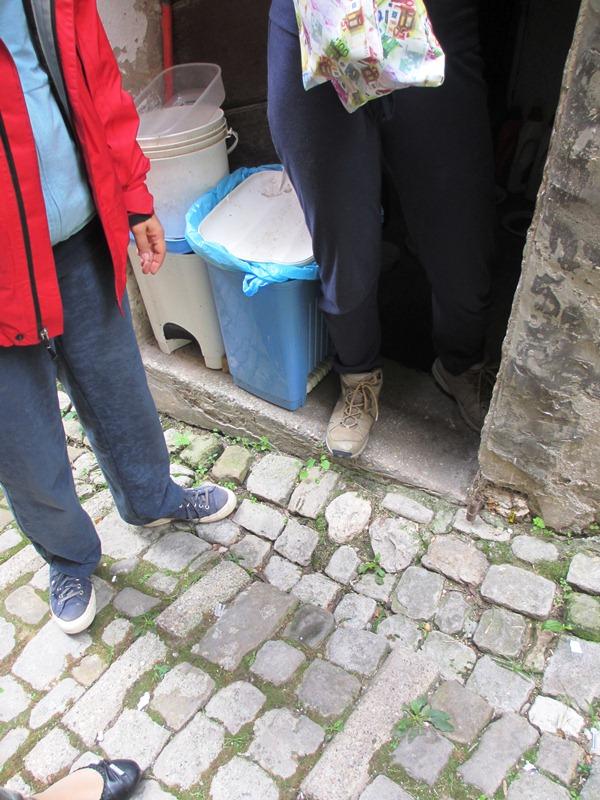 L'esterno dell'entrata da dove l'anziana donna ha accesso per raggiungere i gatti