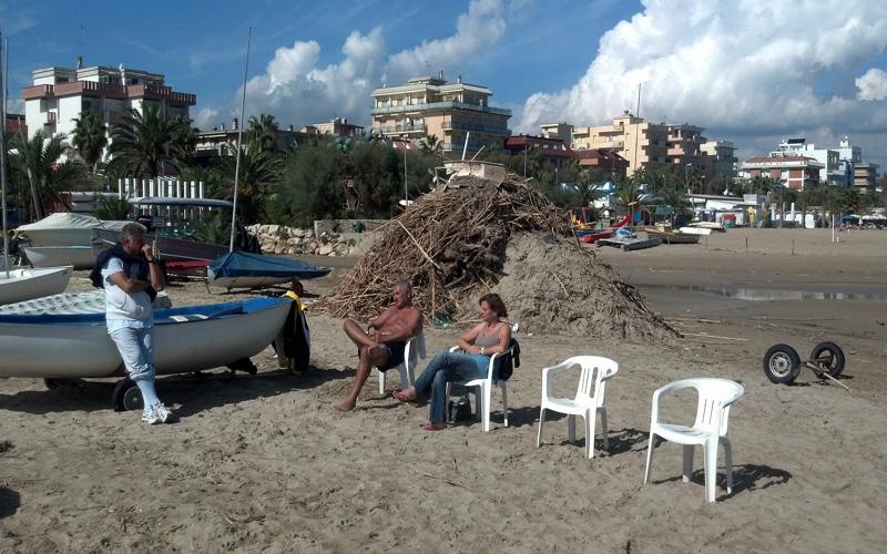 Montagne di rifiuti nella spiaggia di Ragnola, 3 ottobre 2012 (2)