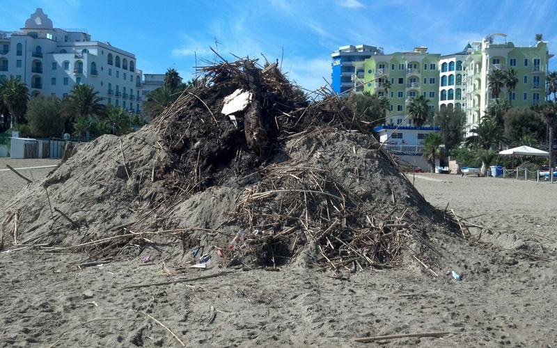Montagne di rifiuti nella spiaggia di Ragnola. 3 ottobre 2012 (4)