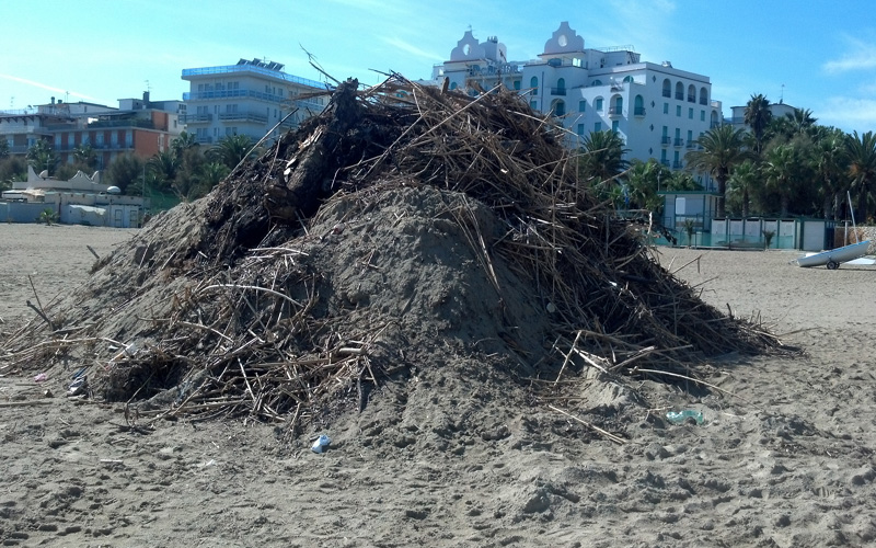 Montagne di rifiuti nella spiaggia