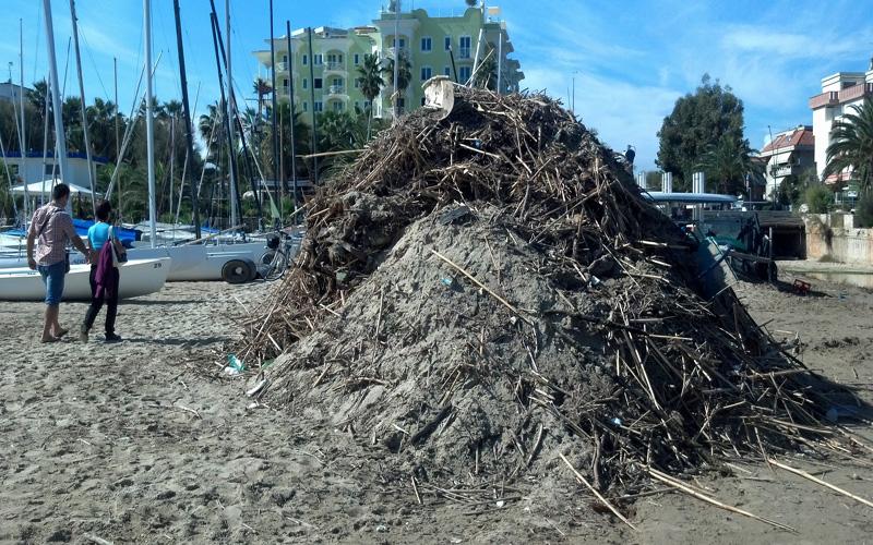 Montagne di rifiuti nella spiaggia di Ragnola. 3 ottobre 2012 (6))