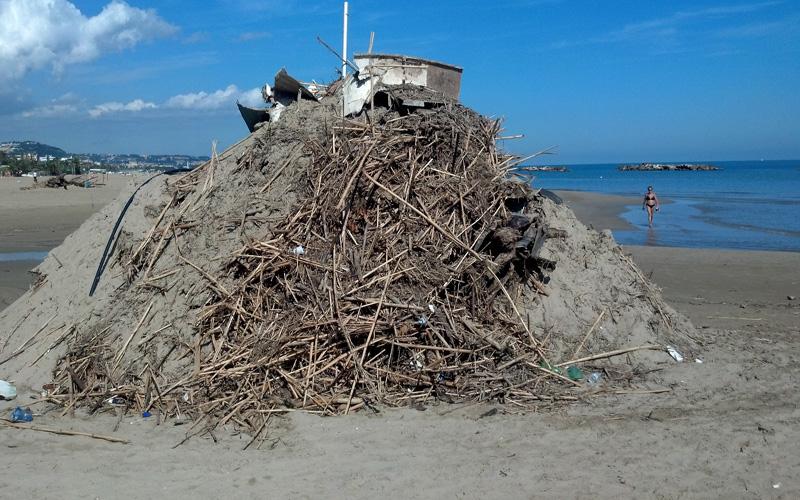 Montagne di rifiuti nella spiaggia di Ragnola. 3 ottobre 2012 (7)