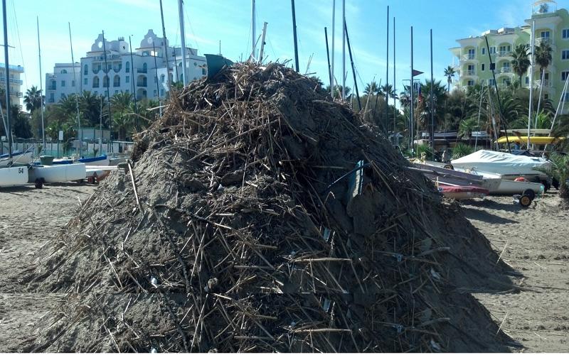 Montagne di rifiuti sulla spiaggia di Ragnola, 3 ottobre 2012