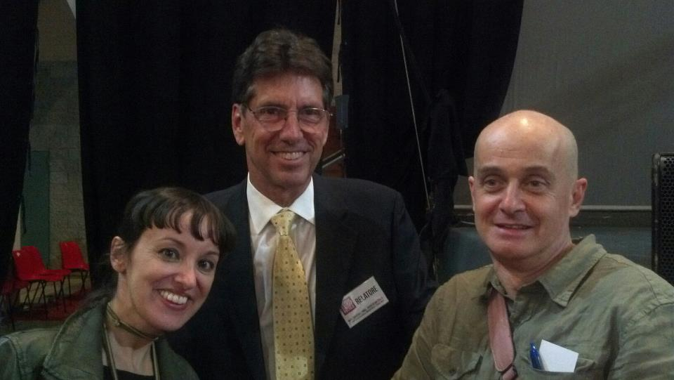 Summit MMT Rimini, Warren Mosler al centro, a sinistra Rosana Maniscalco di MMT Sicilia e a destra Giovanni Zibordi di Cobraf (2)