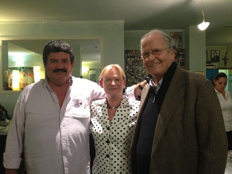 Il titolare del ristorante Vincenzo Troiani con la Dunn e un volto noto del giornalismo televisivo italiano, l'ex direttore del TG 1 Nuccio Fava