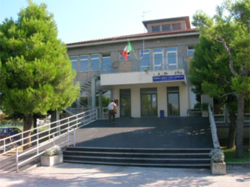 L'ingresso della scuola media Cappella