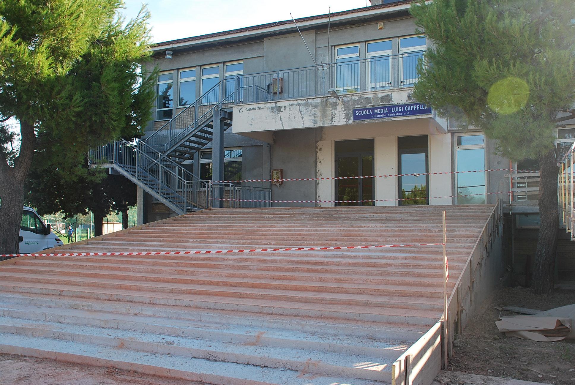 La scalinata della scuola media Cappella