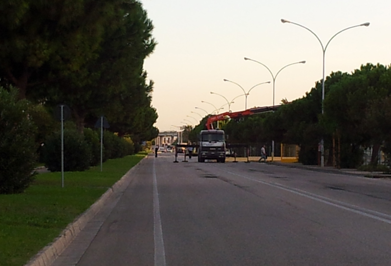 La gru in azione dopo Samb-Ancona con la strada ancora chiusa