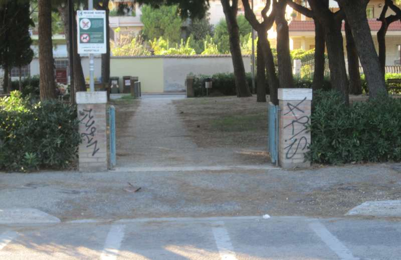 Entrata sul lungomare con davanti il parcheggio per i motorini