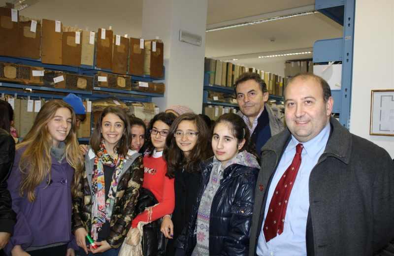 Inaugurazione Archivio Storico di Grottammare. L'assessore provinciale Andrea Antonini con degli studenti