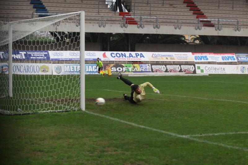 Samb-Civitanovese (4-0), tiro di Napolano nel primo tempo (Foto Bianchini)