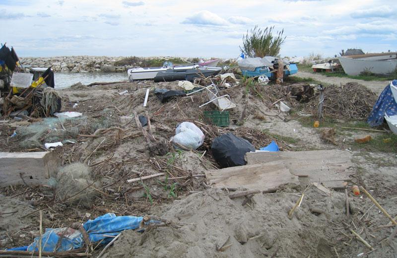 Detriti e rifiuti al porticcioli di Martinsicuro