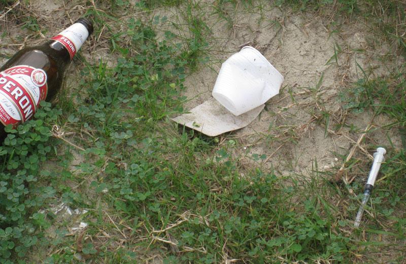 Siringhe e rifiuti al porto di Martinsicuro