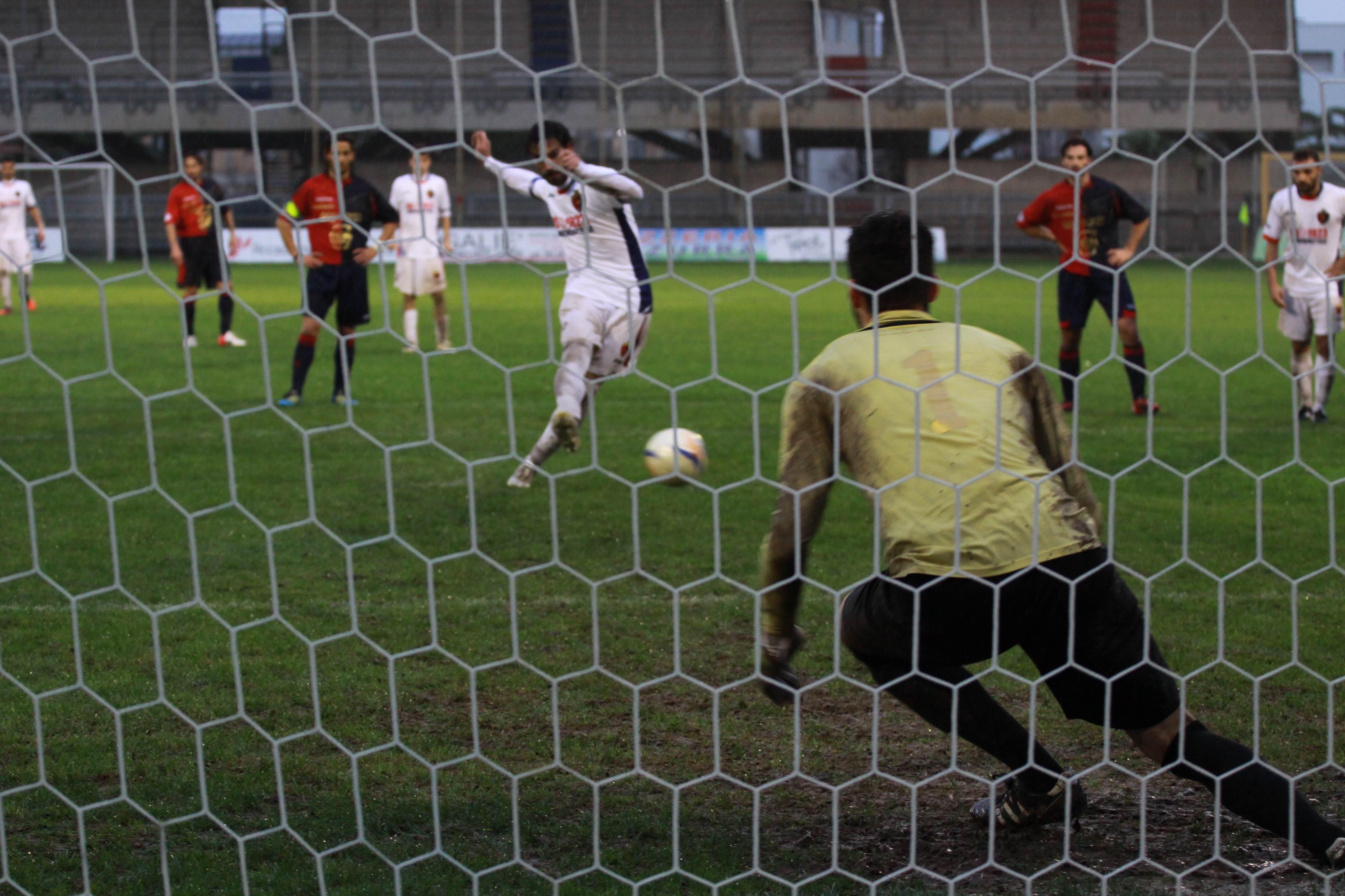 Il gol di Pazzi, su rigore, contro la Civitanovese (Bianchini)