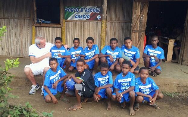 Leo Ciotti e i bambini che ringraziano il Porto d'Ascoli Calcio