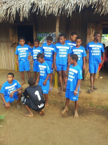 Madagascar, bambini con le divise del Porto d'Ascoli Calcio