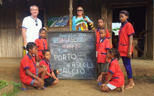 Manina e Leo Ciotti con i bambini e il ringraziamento al Porto d'Ascoli Calcio