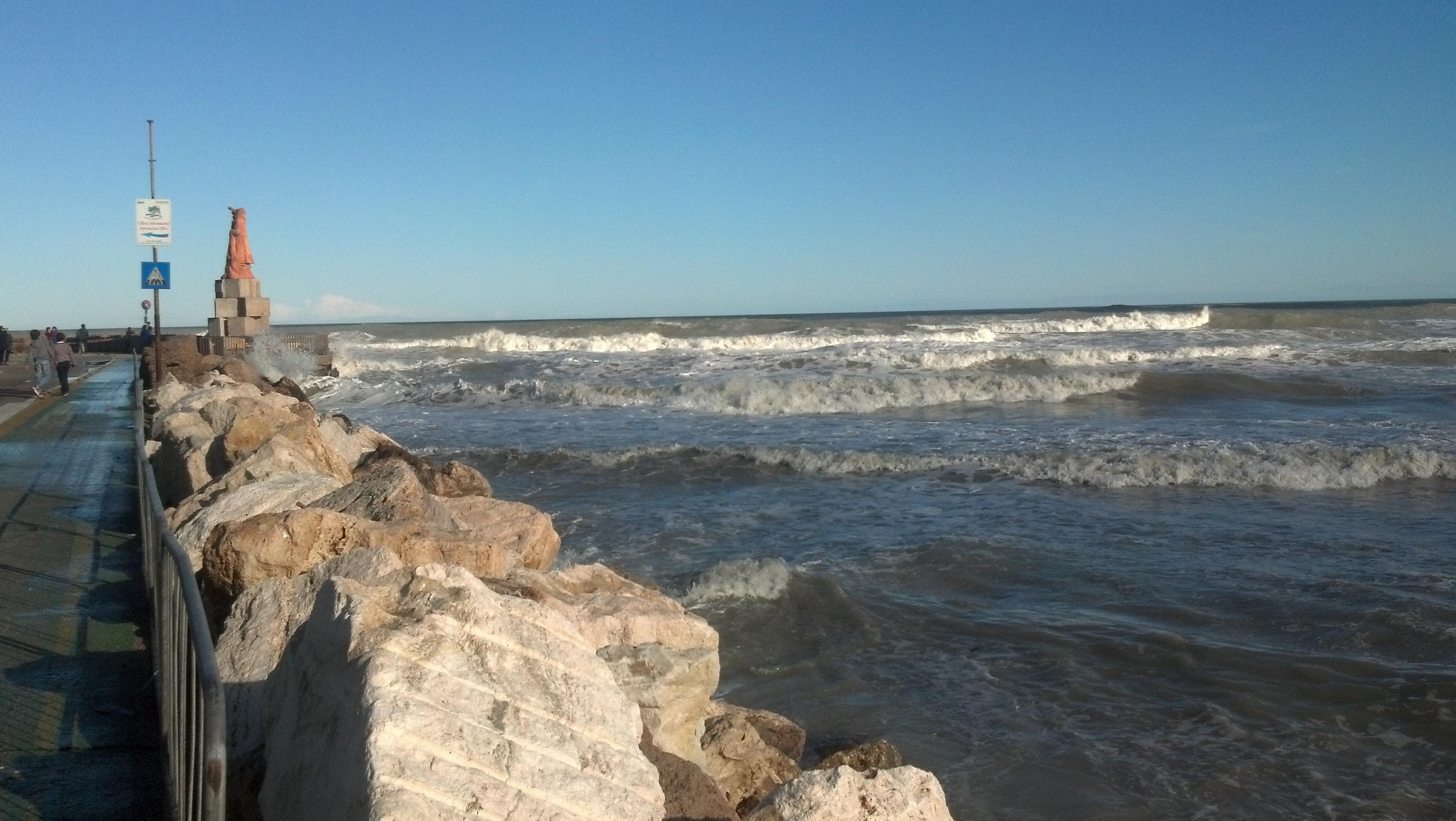 Mareggiata il 1° novembre 2012, monumento al Pescatore