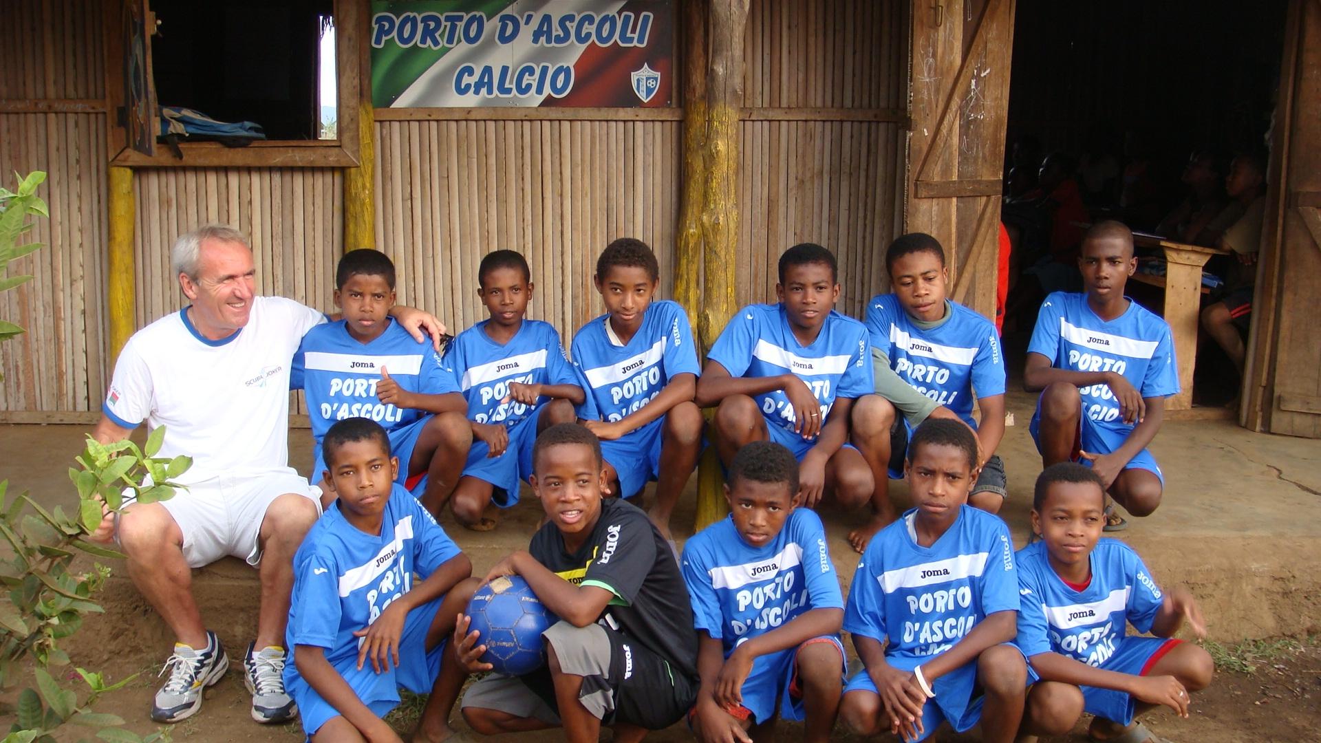 I bambini di Manina dinanzi la scuola costruita dal Porto d'Ascoli calcio