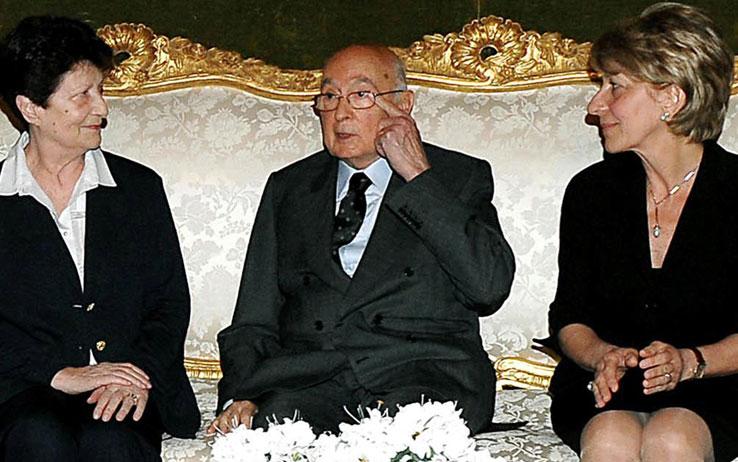Napolitano tra le vedove Pinelli e Calabresi (foto Sky.it)