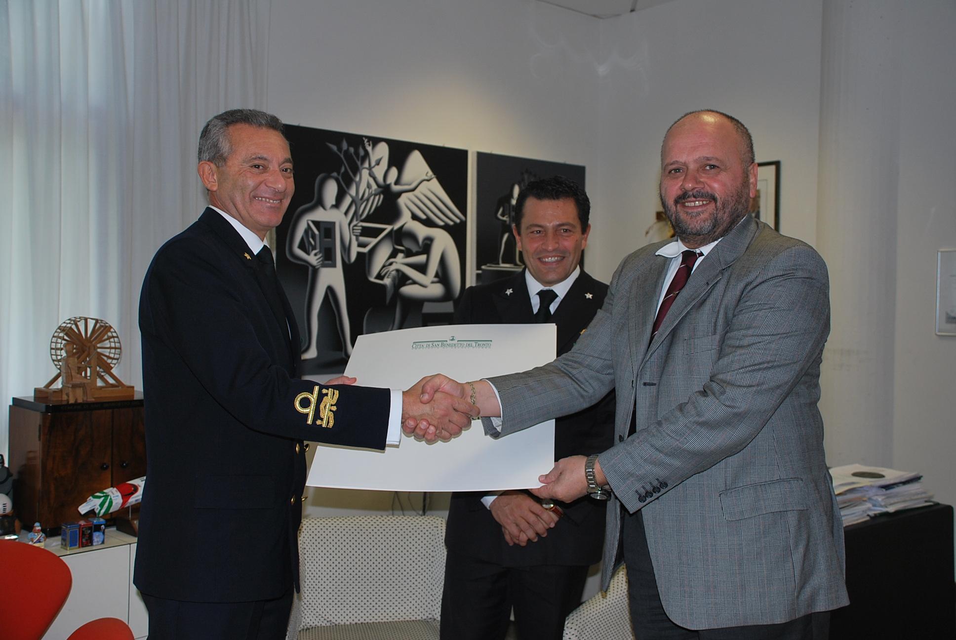 L'ammiraglio Ruzittu con il sindaco Giovanni Gaspari