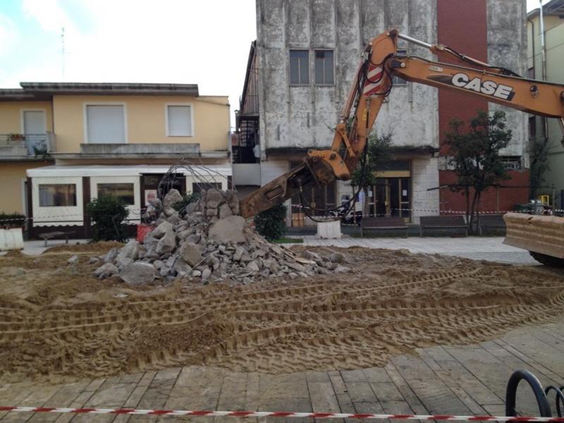 L'abbatimento dell'obelisco in piazza Cavour