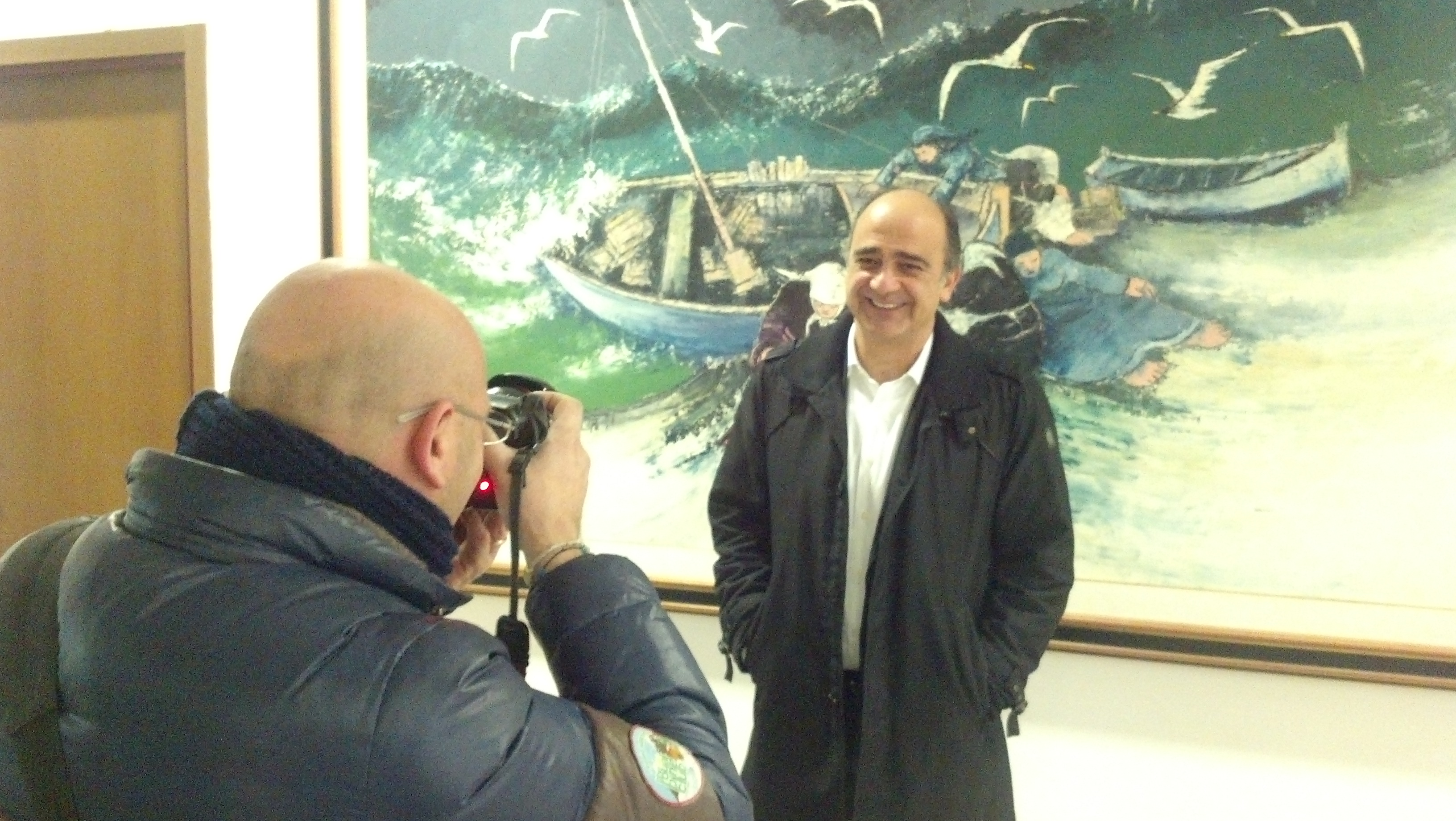 Claudio Benigni davanti al mare in tempesta